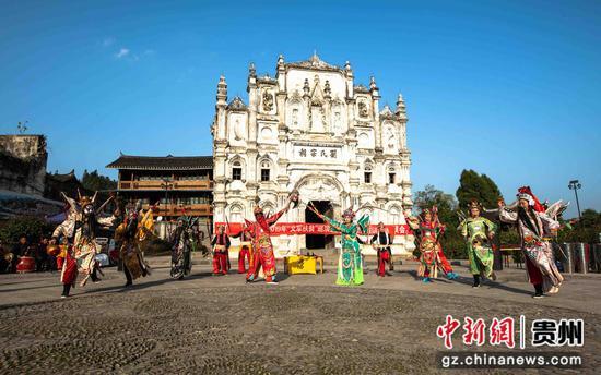 """""""文軍扶貧""""活動,當地富有民族特色,群眾喜聞樂見的侗族大戲在表演。"""