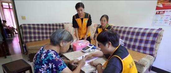 社区开展健康服务。 云和提供