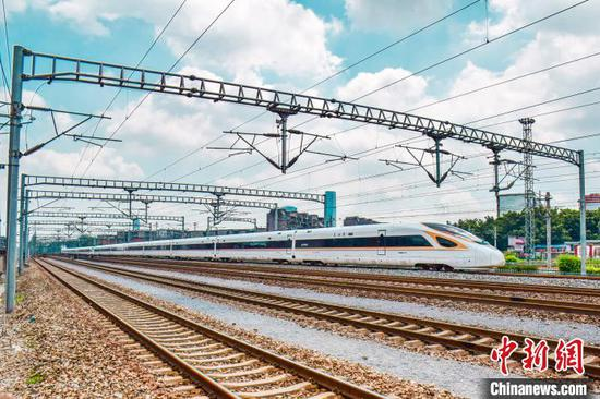 奔驰在八桂大地的复兴号动车组列车。 铁路供图