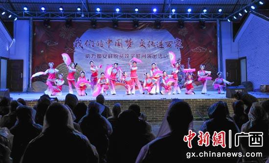 演员们在表演舞蹈《采茶女》