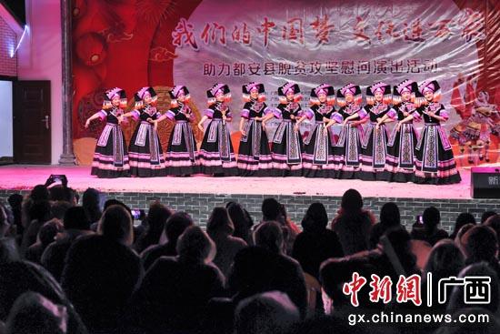 演员们在表演女声小组唱《黑衣风采》