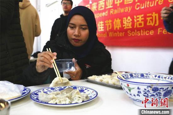 马来西亚教师品尝饺子。 林馨 摄
