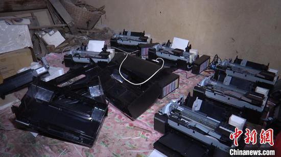 图为查获的制作假钞的打印机。 孔金花 摄