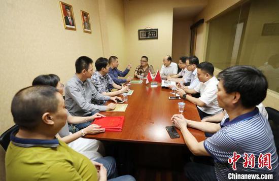 图为出席挂牌仪式的中国贸促会驻印尼代表、福建三明市贸促会代表团与印尼福建三明商会代表座谈。 林永传 摄