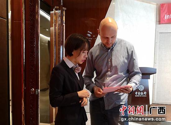 图为中行工作人员一对一服务在桂工作外国专家。