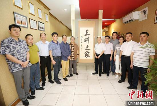 图为出席挂牌仪式的中国贸促会驻印尼代表、福建三明市贸促会代表团在印尼福建三明商会合影。 林永传 摄