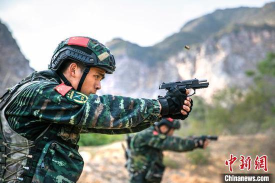 图为特战队员开展步枪突入识别射击。 张宸硕 摄