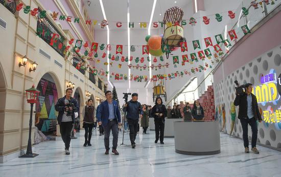 圖為:眾多媒體記者走進位于嘉興的米開朗冰淇淋博物館。 王剛 攝
