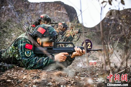 图为特战队员开展步枪山林地搜索射击。 张宸硕 摄