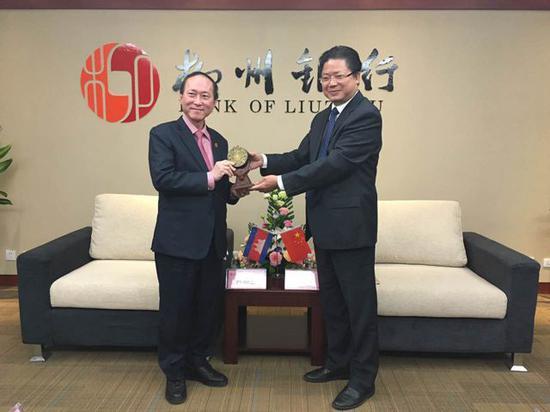 图右一为李耀清 来源:柳州银行官网