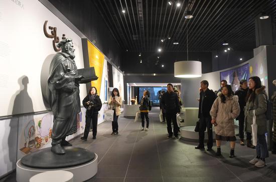 圖為:眾多媒體記者在米開朗冰淇淋博物館內參觀。 王剛 攝
