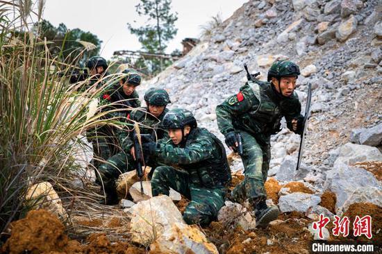 图为特战队员开展边境封控战任务。 张宸硕 摄
