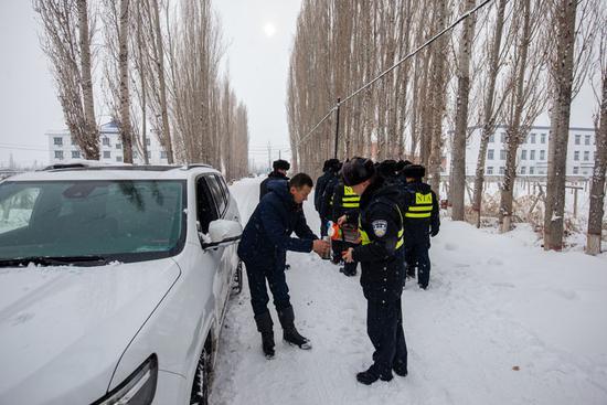 救援结束后,民警为刘某冲泡了咖啡,并提醒冬季驾车安全需知,严禁疲劳驾驶