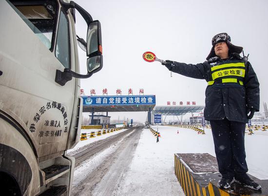 根据刘某发生的车辆侧滑事件,民警在执勤中逐一对过往车辆进行驾驶提醒,并提供咨询服务
