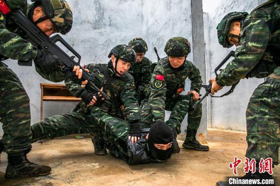"""图为特战队员迅猛突起制服""""暴恐分子""""。 张宸硕 摄"""