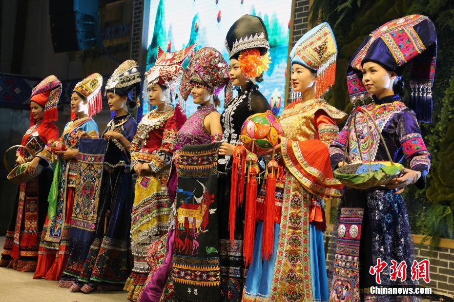 广西靖西民族服饰和民俗表演异彩纷呈