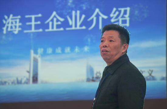 图为:杭州海王生物工程有限公司总经理管文义介绍企业情况。 王刚 摄