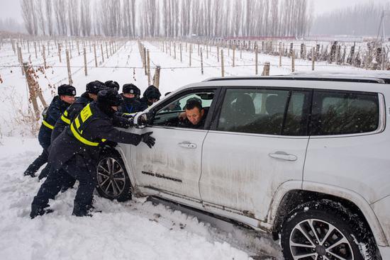 民警和辅警第一时间赶到现场帮助刘某拉出被困车辆