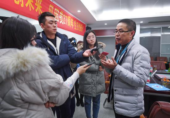 图为:贝因美股份有限公司生产总监刘福生在接受媒体记者的采访。 王刚 摄