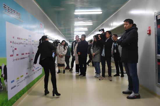 图为:媒体记者在杭州贝因美母婴营养品有限公司参观。王刚 摄