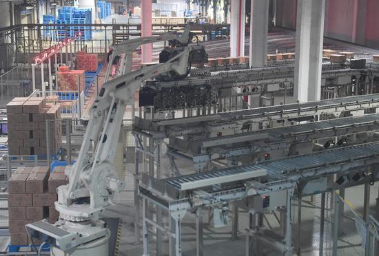 图为:杭州贝因美母婴营养品有限公司的无人化物流车间。 王刚 摄