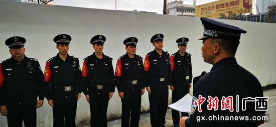 图为首发仪式前,陆川站派出所布置相关执勤工作。伍云鹏  摄