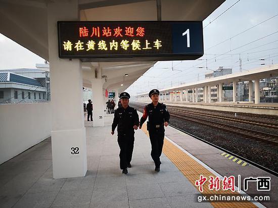图为民警正在站台巡逻。伍云鹏  摄