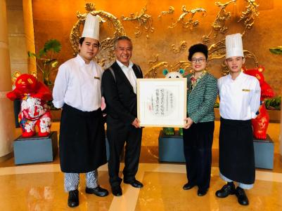 图说:李锦记酱料集团主席李惠中看望在成都香格里拉酒店工作的希望厨师