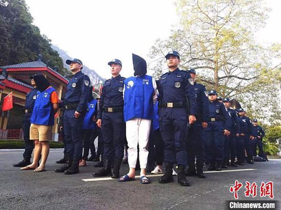 广西警方从越南将电信诈骗犯罪嫌疑人带回处理。 刘康 摄