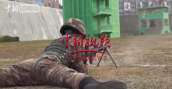 """贵州武警""""年度大考""""!狙击手仅用5秒击中140米外易拉罐"""