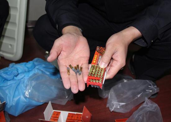 警方破获一网络贩枪案 缴获枪支9把子弹1万余发  警方提供