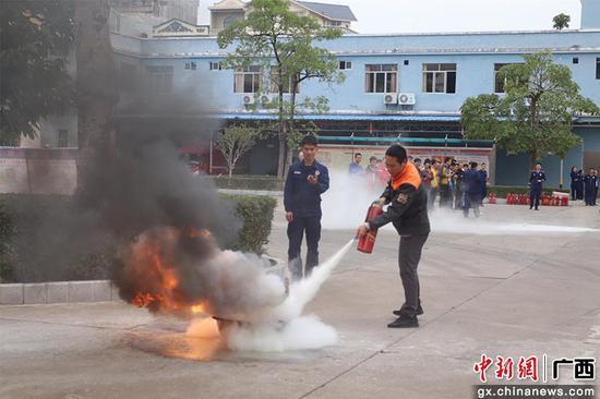 广西东兴举行快递员消防业务技能比武
