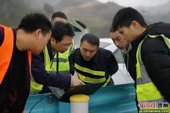 技术人员开展实际道路测试。