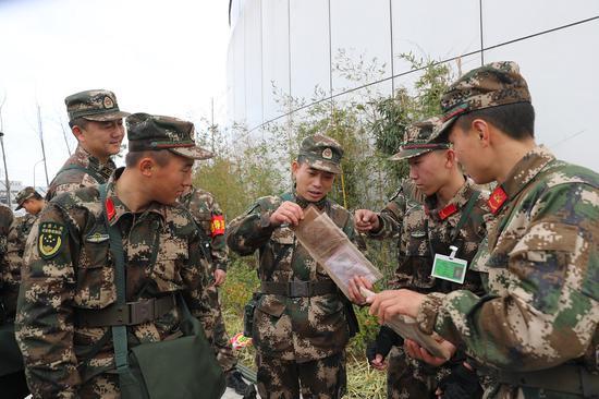 拉练期间,老兵正在教新兵们单兵食品食用方法  章朝晖 摄