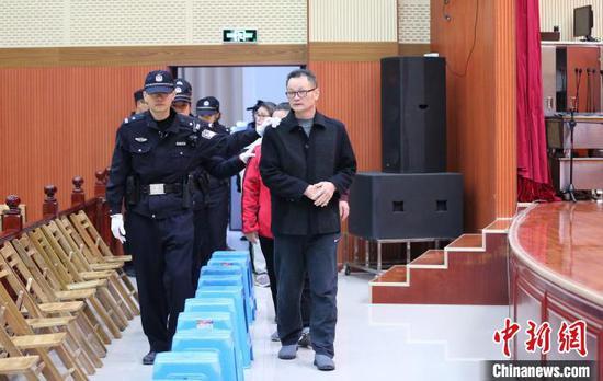 """""""1.06""""特大网络传销案上诉人被带入庭中。 韦海峰 摄"""