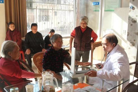 图为:仙居县田市镇柯思社区卫生服务站医生柯森海的工作场景 王一堡 摄
