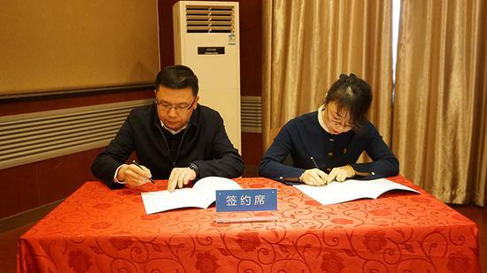 新疆工业职业技术学院与广汇置业现场签订了校企合作协议。