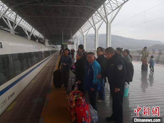 图为浙江民警陪同男子回家。黄岩公安供图