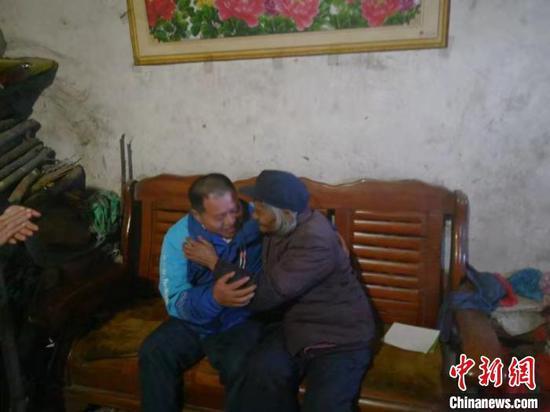 图为男子与外婆相拥。黄岩公安供图