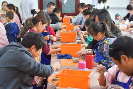 单身青年与职工家庭一起参加亲子活动。