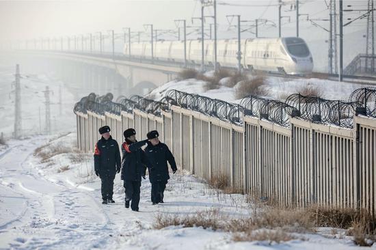 新疆铁警确保铁路调图高铁线路安全
