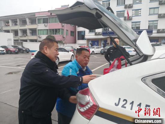 图为浙江民警助男子回家团圆。黄岩公安供图
