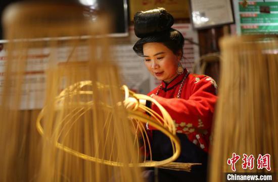 贵州省丹寨县龙泉镇卡拉村鸟笼工艺品手工坊,苗族村民在制作鸟笼灯具。 黄晓海 摄