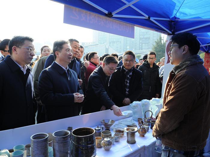 图为:浙江省委常委、杭州市委书记周江勇与非遗产品展示人亲切交流。蔡自鑫摄