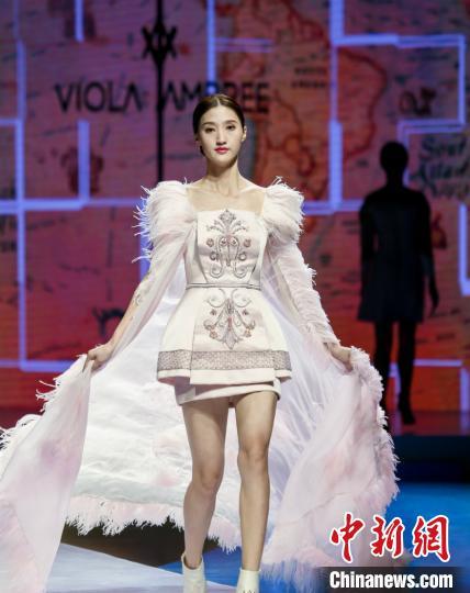 图为时尚服装作品展示 林浩 摄
