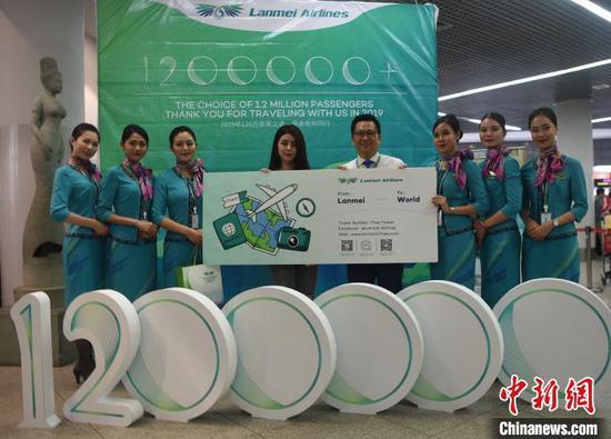 图为澜湄航空为第120万名旅客赠送一套往返免费机票和航空伴手礼。 黄耀辉 摄