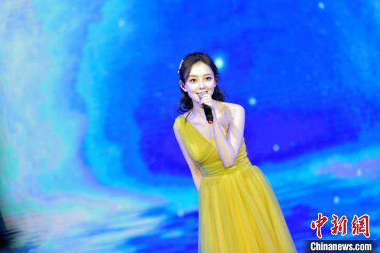 图为中国歌手汪小敏献唱 钟欣 摄