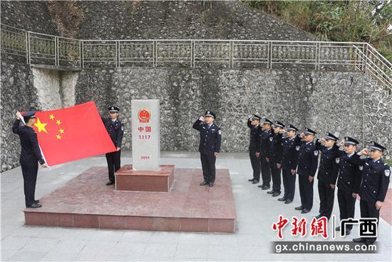 图为民警界碑前重温入警誓词。周锴摄