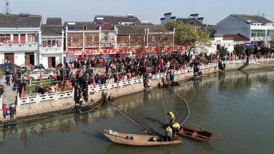 村民們以拉網捕魚   沈勇強 攝