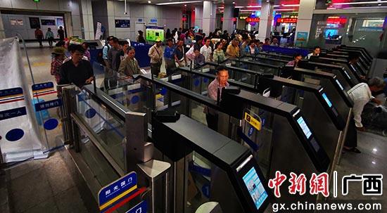 图为出入境旅客通过自助通道出境。林珉正摄
